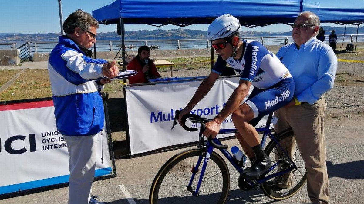 Óscar Sevilla, a punto de tomar la salida en la última etapa de la Vuelta a Chiloé.