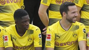 Ousmane Dembélé, junto a Gonzalo Castro, en la foto oficial del Dortmund.
