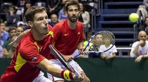 Pablo Carreño y Marc López, en la eliminatoria de la Copa Davis que España perdió en Serbia.