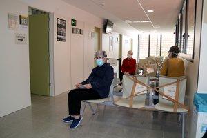 Pacientes en la sala de espera del CAP de Amposta, en Tarragona.