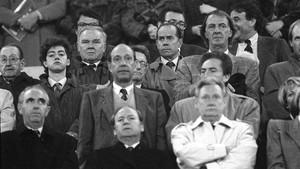 Fermín Ezcurra, a la izquierda, en el Camp Nou, en los años 80. En la fotografía,Ladislao Kubala,Luis Suárez,César Luis Menotti,Josep Lluís Núñez, Josep Lluís Vilaseca, Josep Pulido y Francesc Casals.
