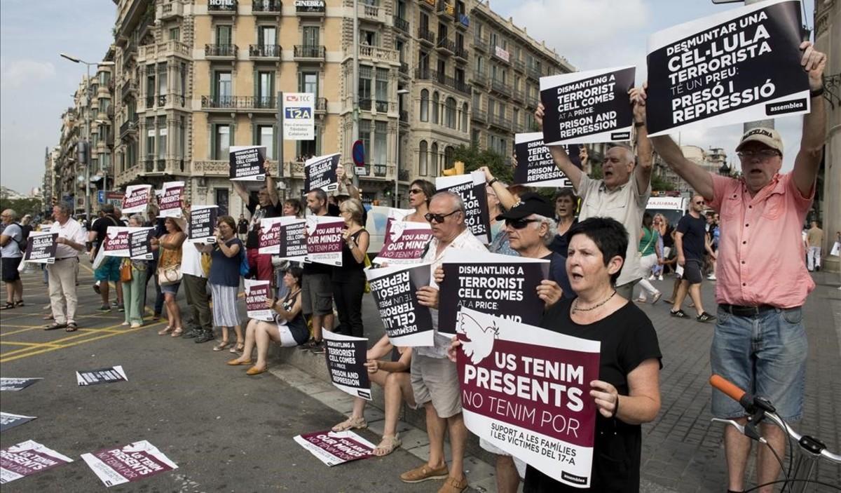 Pancartas en favor de las víctimas en el homenaje de plaza de Catalunya.