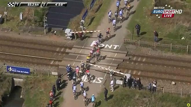 Part del pilot de la Paris-Roubaix, bloquejat en un pas a nivell