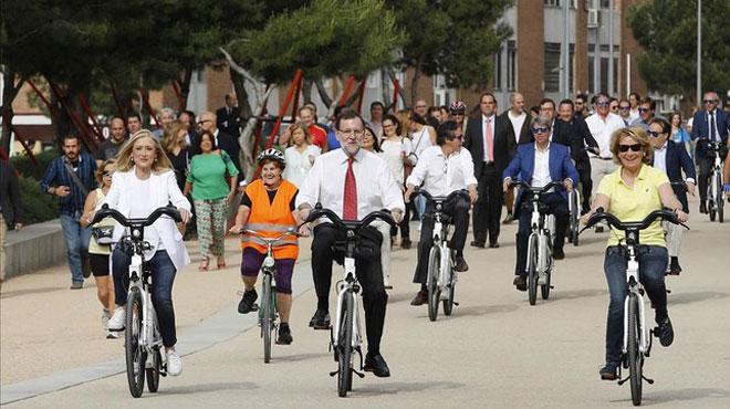 Rajoy, Cifuentes y Aguirre, durante el paseo en bici que han dado este miércoles en Madrid. Vídeo: ATLAS / Foto: JUAN MANUEL PRATS