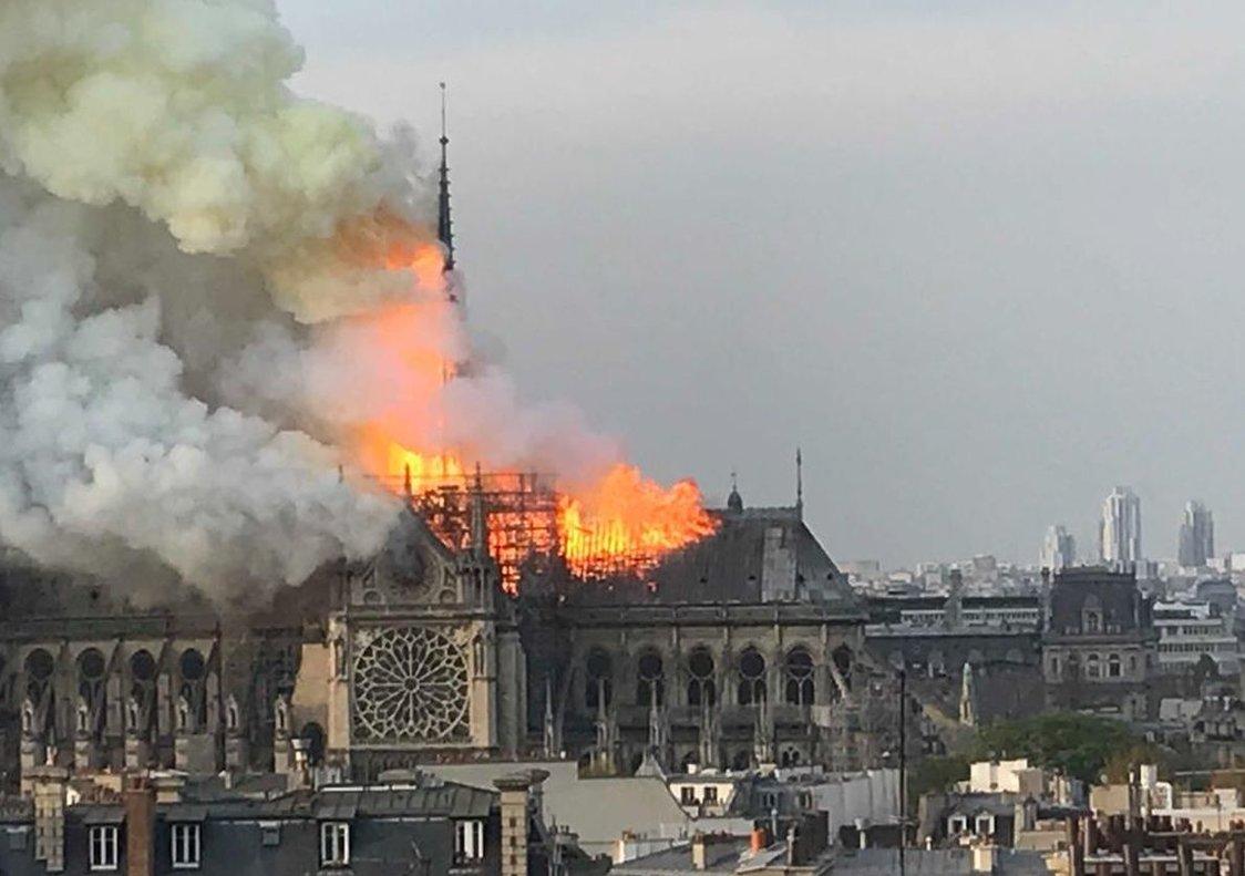 Pavoroso incendio en Notre Dame.