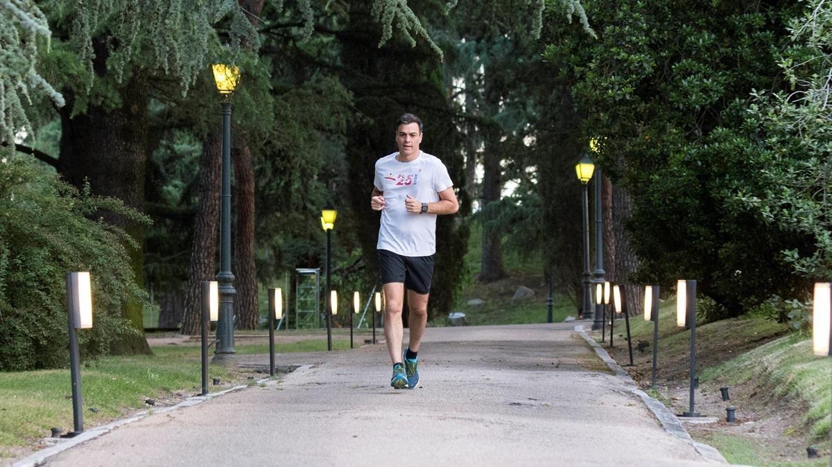 Pedro Sánchez corre por los jardines de la Moncloa, el pasado mes de junio.