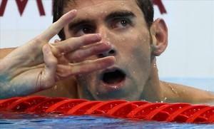 Phelps alza cuatro dedos en la llegada de los 200 estilos para reflejar los cuatro títulos consecuitvos en esta prueba desde Atenas