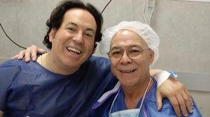 Pipi Estrada posa con su anestesista, días antes de someterse a una operación de pecho y abdominales.