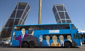 El 'tramabus' de Podemos, decorado con caricaturas de cargos del Partido Popular salpicados por la corrupción.