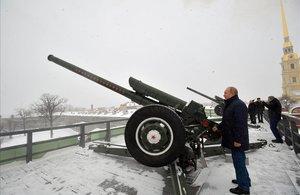 El presidente ruso, Vladimir Putin, inspecciona el arsenal de la fortaleza de Pedro y Pablo, en San Petersburgo.