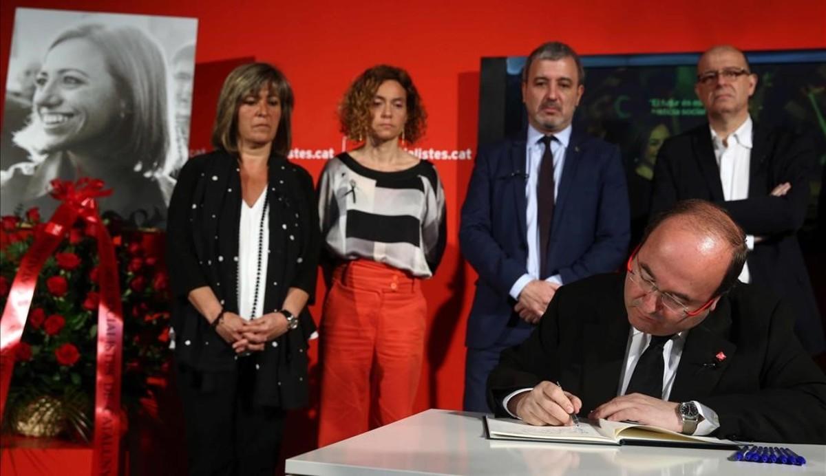 El primer secretario del PSC, Miquel Iceta en la sede del PSC en Barcelona, acompañado de Nuria Marin, Meritxell Batet, Jaume Collboni y Jose Zaragoza.