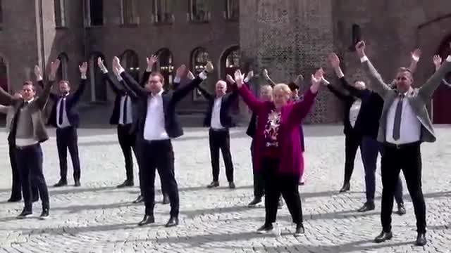 La primera ministra noruega, Erna Solberg, junto algunos de los ministros noruegos han grabado un vídeo con un número de baile para mostrar la distancia de seguridad.