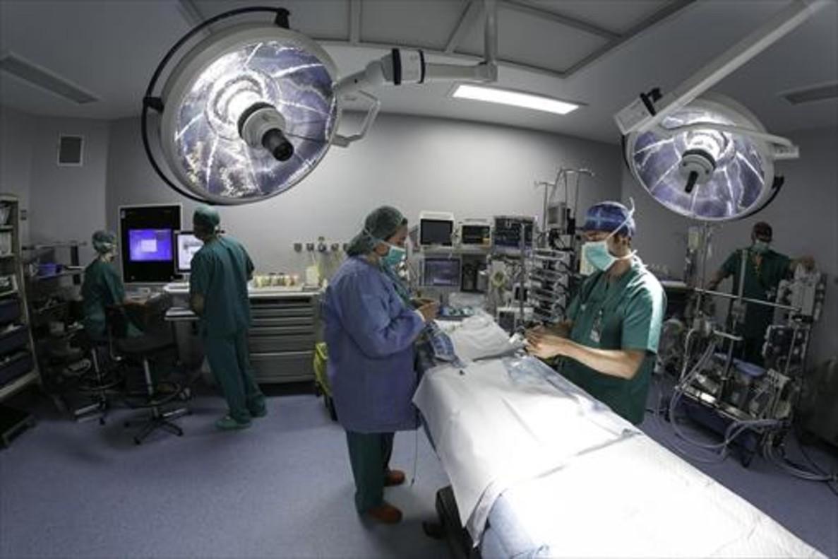 Un equipo médico realiza todos los preparativos en un quirófano antes de una intervención.