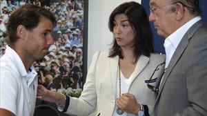 Rafa Nadal conversa con María José Rienda, presidenta del CSD, y Miguel Díaz, presidente del tenis españaol, hoy, en Manacor.