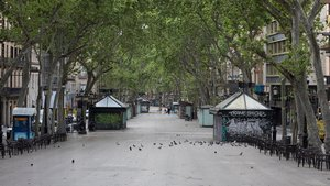 La Rambla de Barcelona, totalmente vacía, en la víspera del Sant Jordi 2020.