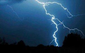 La caída de un rayo en medio de una tormenta.