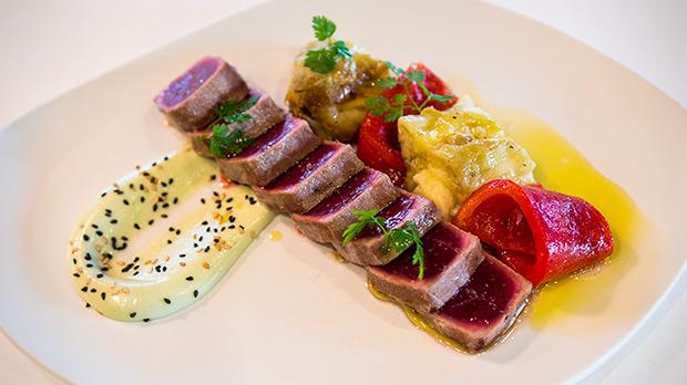 Así hace Tomàs Mateu, del restaurante Ébano, la receta de tataki de atún con escalivada y mayonesa de wasabi.