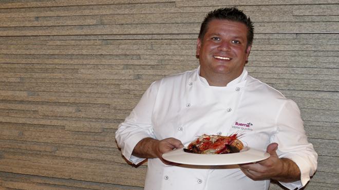 Víctor Quintillà, del restaurante Lluerna, explica cómo hace la receta de la zarzuela.