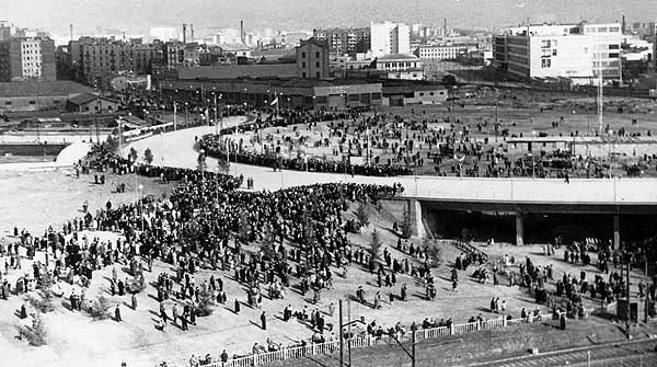 Cuatro vecinos de la zona de las Glòries reconstruyen la historia de la plaza con sus recuerdos.