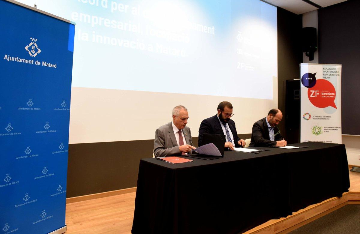 Representantes del Consorci de la Zona Franca, de l'Ajuntament de Mataró y de la Fundació TecnoCampus Maresme fueron los encargados de rubricar el acuerdo.