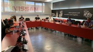 Los sindicatos de Seat siguen las negociaciones en la planta de Zona Franca ayer.