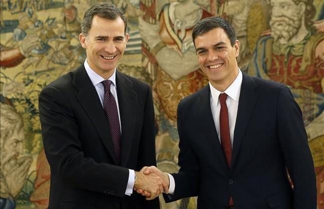 El Rey estrecha la mano de Pedro Sánchez, este martes, durante la segunda ronda de contactos en la Zarzuela.