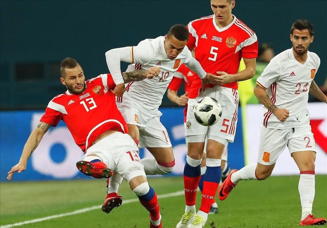 Rodrigo intenta superar a Kudryasov y Vasin, con el debutante Suso al fondo.