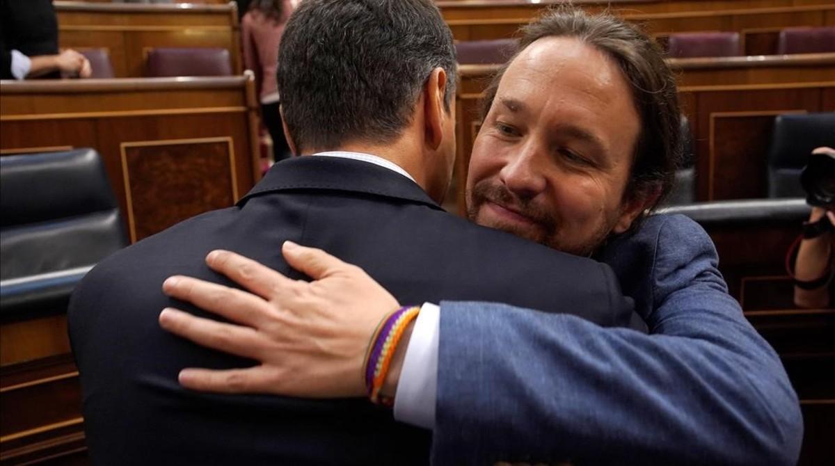 Pedro Sánchez y Pablo Iglesias se abrazan tras el triunfo de la moción socialista de censura contra Mariano Rajoy el 1 de junio.