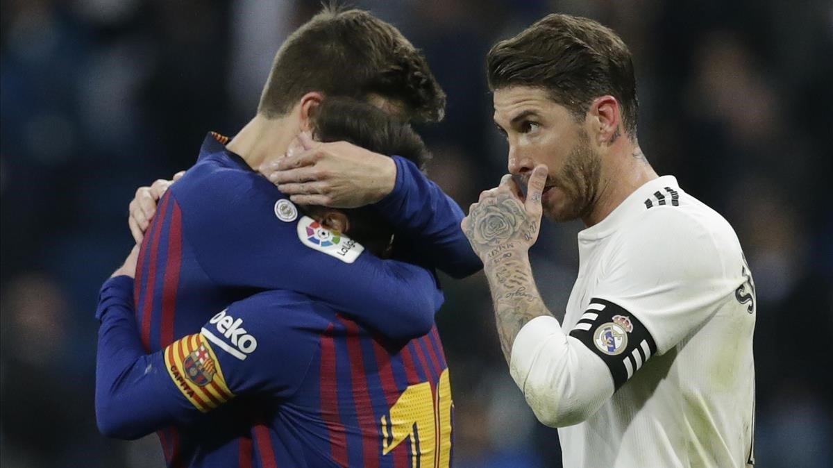 Piqué y Messi se abrazan junto a Ramos.