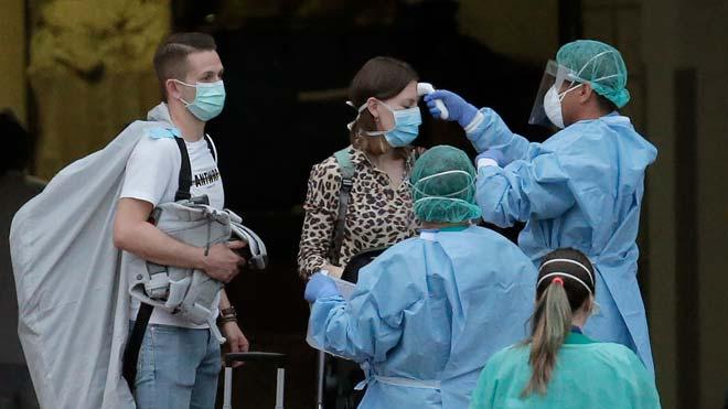 Sanidad contabiliza 32 casos positivos de coronavirus en España, segúnha explicado el director del Centro de Coordinación de Alertas y Emergencias Sanitarias, Fernando Simón. En la foto, control de temperatura en el hotel H10 Costa Adeje de Tenerife.