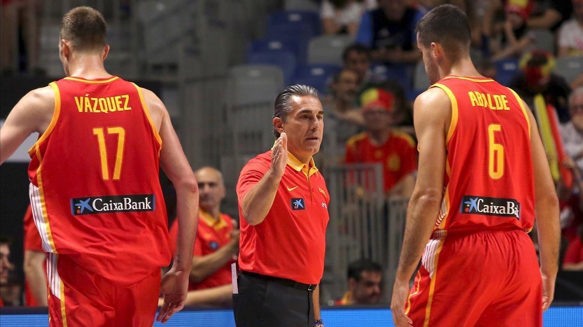Scariolo entre Fran Vázquez y Abalde.
