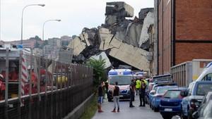 Una sección del puente que ha caído en Génova.