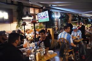Seguidores del Mundial ven un partido en un bar del centro de Moscú.