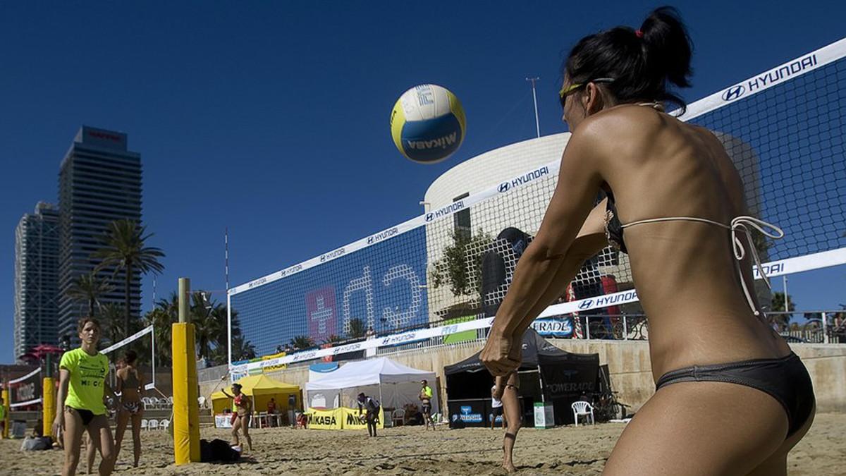 Un partido de voley playa en la Nova Icària de Barcelona durante La Mercè 2010.