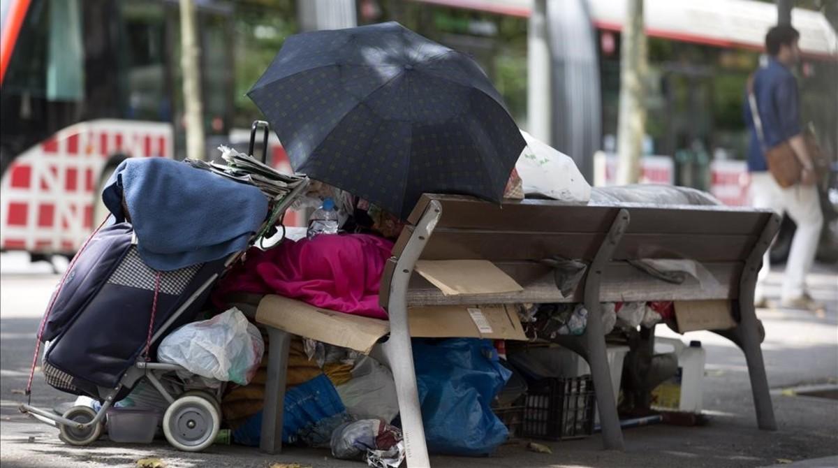 Una persona sin techo, en la Gran Via de Barcelona.