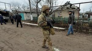 Un soldado ucraniano patrulla Novoluhanske (Ucrania).