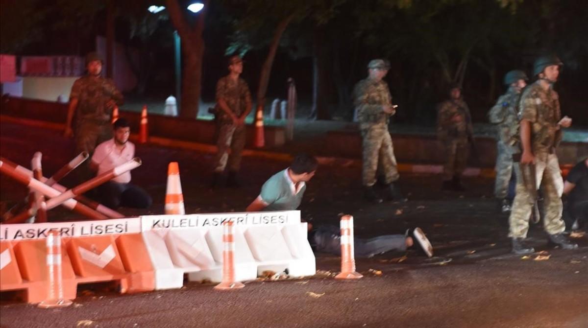 Soldados vigilan a varios policías que han sido detenidos en uno de los puentes del Bósforo.