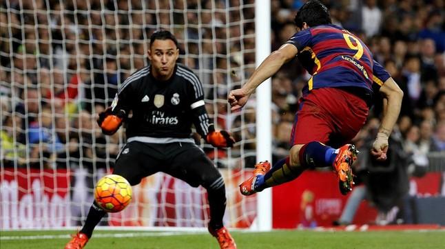 Suárez chuta para marcar el segundo gol del clásico del Bernabéu de noviembre del 2015.