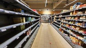 Estanterías semivacías en un supermercado de la ciudad alemana deDortmund.