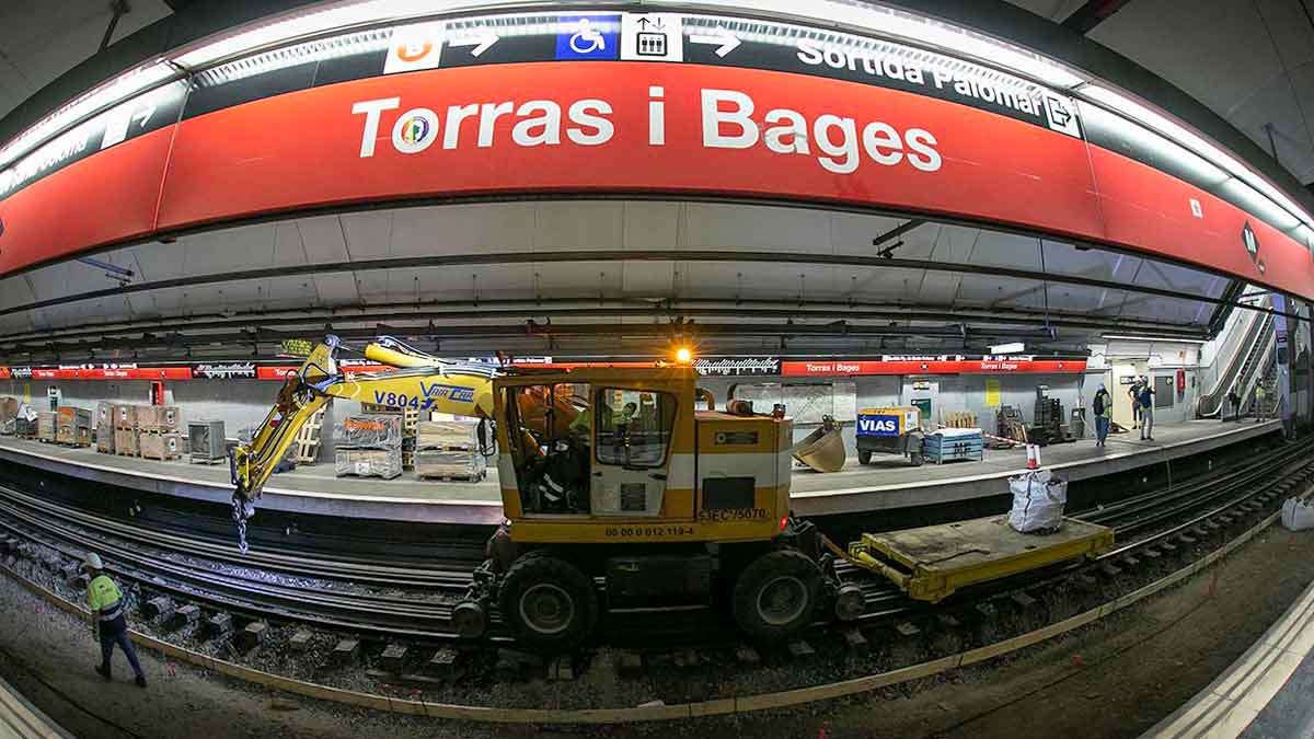 Sustitución de las vías en la estación de Torras i Bages de la línea 1, este martes.