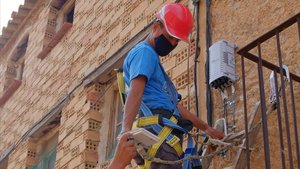 Un técnico de E-Ports S. L. realiza la instalación de la fibra óptica en una vivienda de la localidad de Arnes, en la comarca de la Terra Alta.