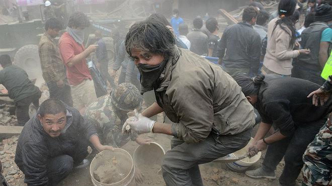 Les víctimes mortals es compten per centenars, després del terratrèmol del Nepal.