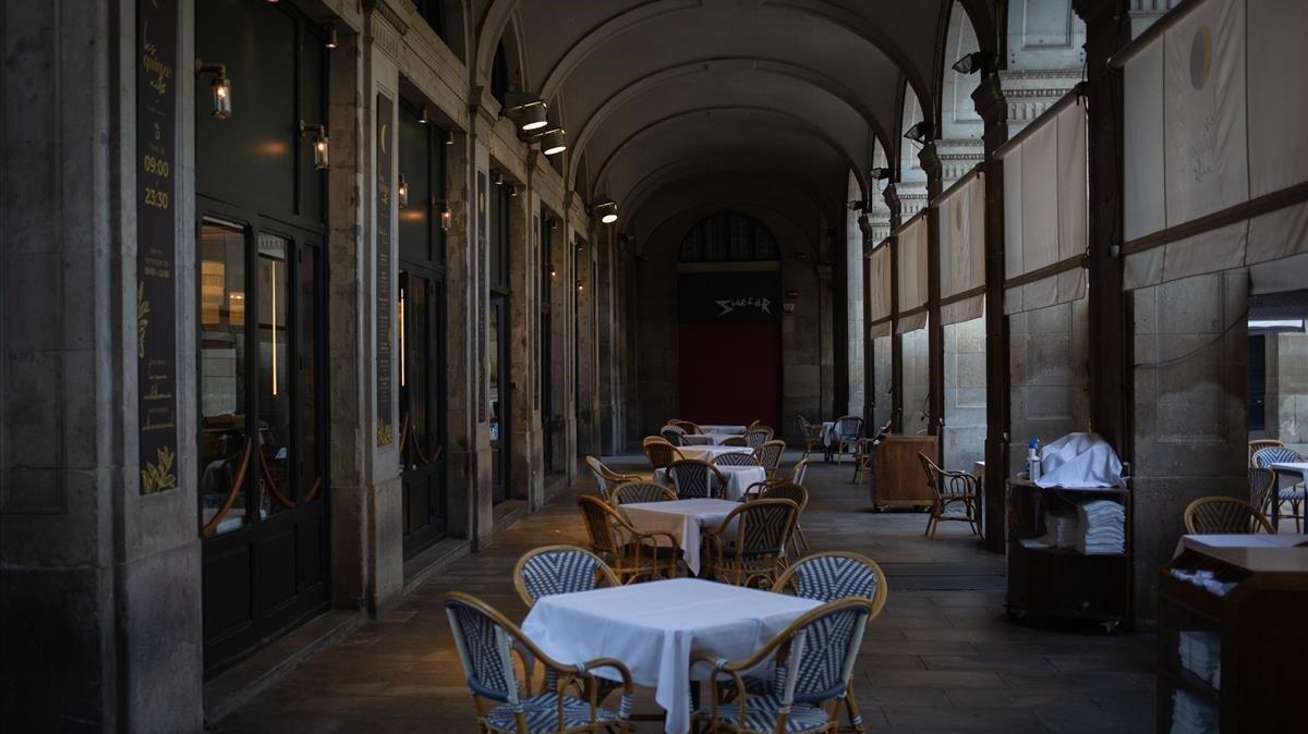 Terraza de un restaurante vacía en la plaza Pau Vila de Barcelona, este miércoles.