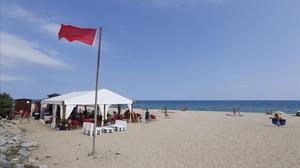 Bandera roja en una playa catalana, en una imagen de archivo.