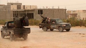 Tropas del Gobierno de Acuerdo Nacional toman posiciones durante la batalla en Ain Zara, el pasado domingo.