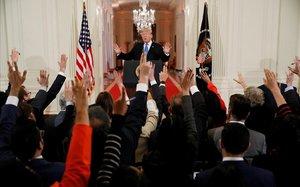 Trump, ante una multitud de periodistas en la rueda de prensa en la Casa Blanca.