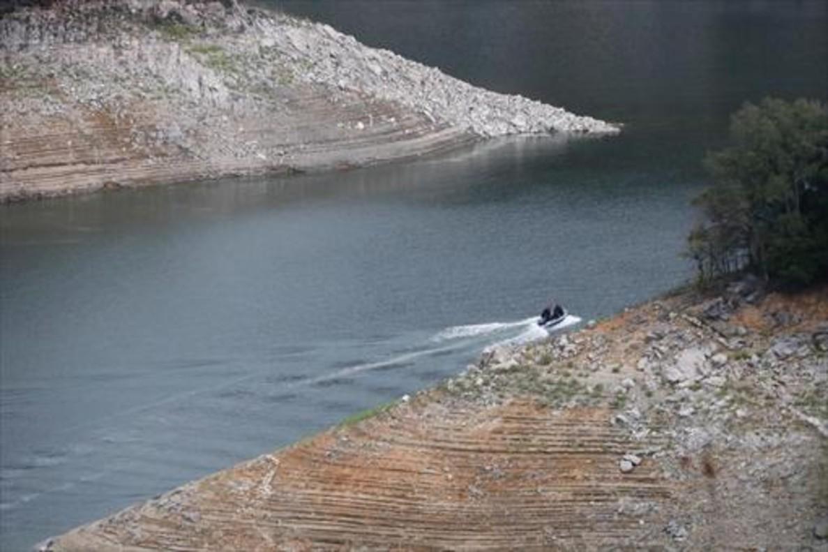 Una embarcación neumática de los Mossos en una ensenada del pantano de Susqueda, el martes.