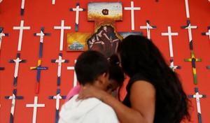 Una mujer hondureña de 40 años que quiere preservar su identidad, con su hijo en un centro para inmigrantes en Tenosique (México).