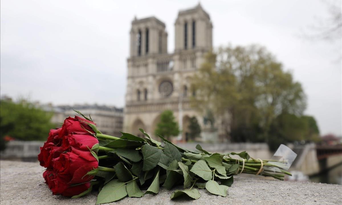 Una rosadepositada cerca de la catedral de Notre Dame, en París, un día después de la catástrofe.