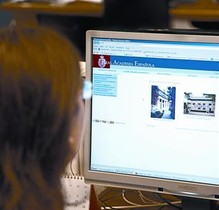Una usuària consulta al seu ordinador la web de la Real Academia Española.